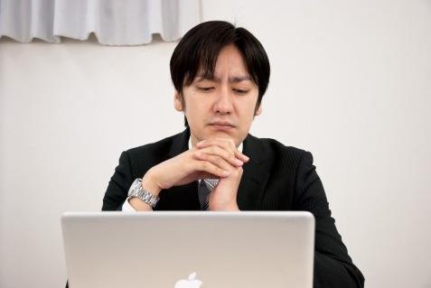 パソコンや新聞を読むと目がかすむ?それって白内障かも知れませんよ