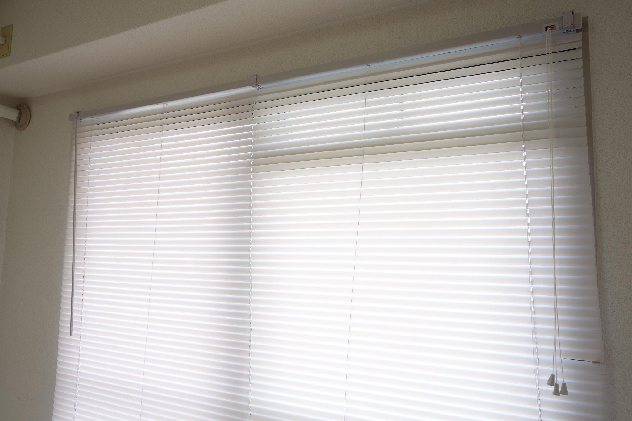 窓枠に付属のネジで固定具を留めていきます。