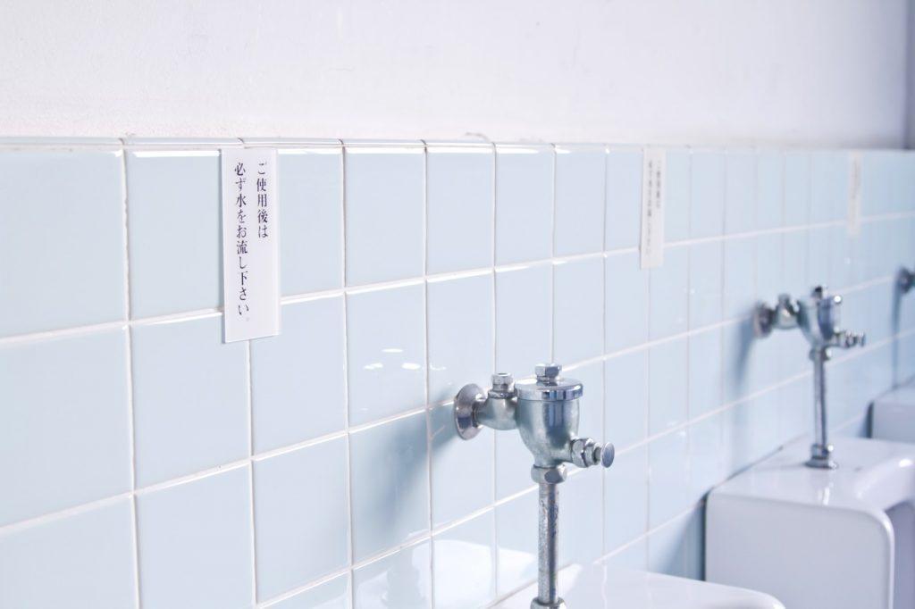 トイレの個室は常時電気つけておくべき!反論は認めぬ!