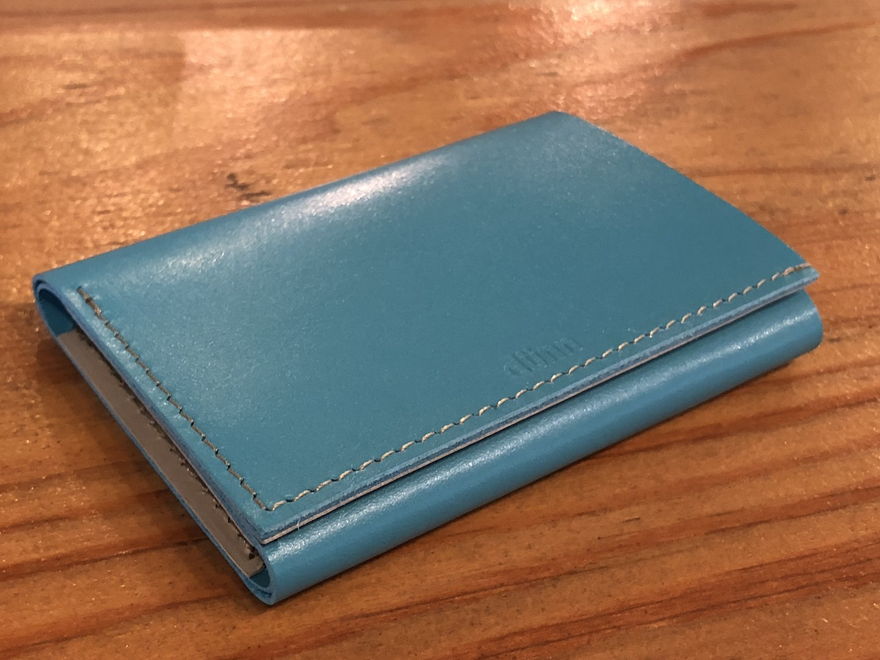 薄い財布を探し求めたらええのがあった!ズボンのポケットへの収まりもいい!激薄!